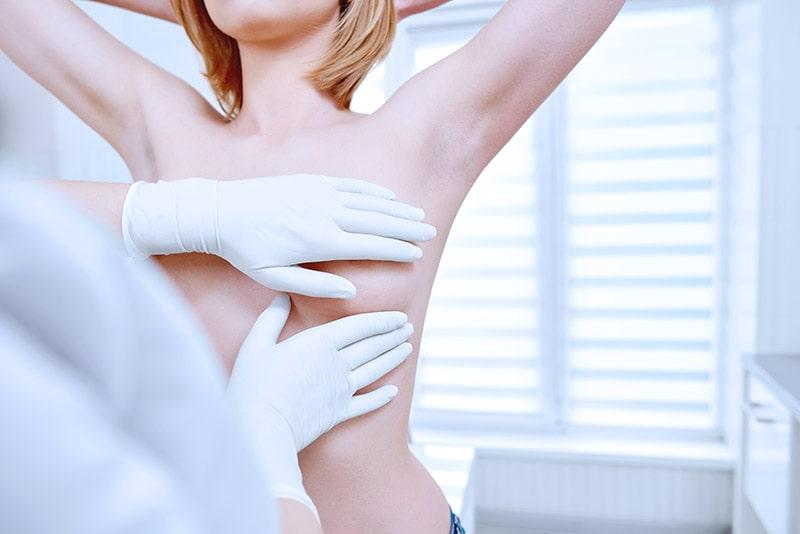 Różowy październik: Leczenie i pierwsze objawy raka piersi